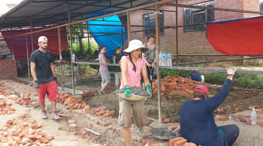 発展途上国の学校建築に取り組む日本人ボランティア